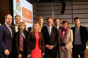 Am Ende der 15. Mitgliederversammlung wünscht das neu gewählte DOSB-Präsidium den ca. 400 Delegierten ein schönes Weihnachtsfest. Foto: DOSB / Ulla Burghardt