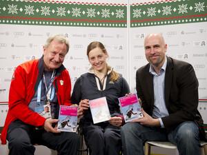 DBS-Präsident Friedhelm Julius Beucher, Paralympics-Athletin Anna Schaffelhuber und Telekom-Pressesprecher Andre Hofmann (v.l.) präsentieren die Materialien. Foto: Telekom AG