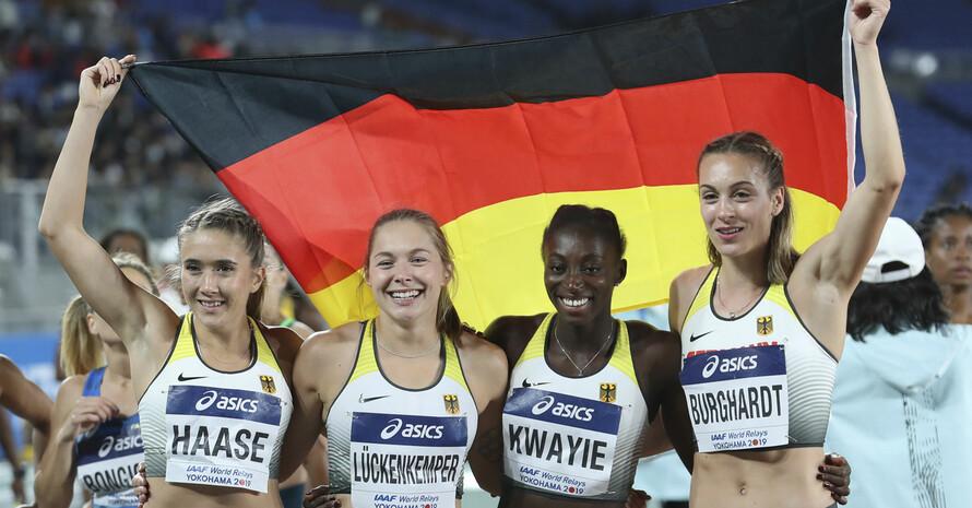 Rebekka Haase, Gina Lückenkemper, Lisa Marie Kwayie und Alexandra Burghardt (v.l.) feiern die Bronzemedaille. Foto: picture-alliance