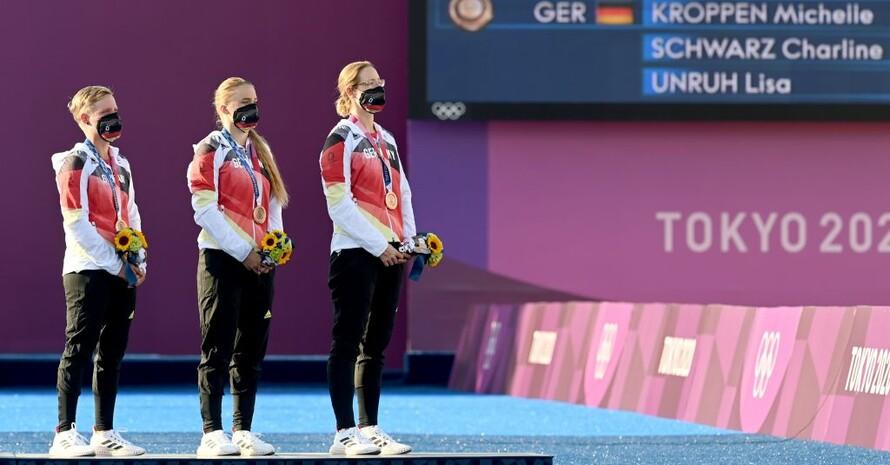Charline Schwarz, Michelle Kroppen und Lisa Unruh (v.l.) bei der Siegerehrung. Foto: picture-alliance