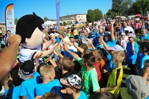 1.700 Kinder waren in Merseburg beim 150. Tourstopp in der Geschichte der Sportabzeichen-Tour aktiv dabei. Foto: Treudis Naß