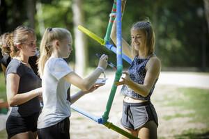 Teilnehmerinnen stellen Leichtathletikmaterial selbst her.  Foto: © Engagement Global/Janine Schmitz