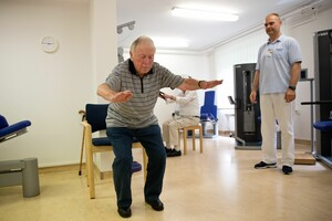 Ein über 90-jähriger Mann macht unter Aufsicht eines Physiotherapeuten seine Übungen zum Muskelaufbau. Foto: picture-alliance