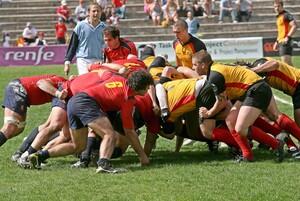 Ein harter Sport, der aber Persönlichkeit bildet - das Rugbyspiel. Copyright: picture-alliance/dpa