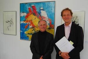 Bernd Monsau (re.) und Günter Hultzsch eröffneten die Ausstellung mit Bildern der Künstlerin Edith Hultzsch in der Geschäftsstelle des DOSB in Frankfurt. Foto: DOSB