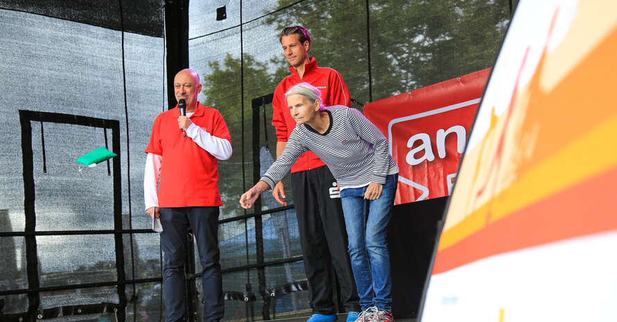 """Im Zielwerfen galt """"Ladies first"""". Foto: DOSB/Treudis Naß"""