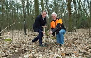 Die Pflanzaktion von DOSB-Präsident Alfons Hörmann (li.) und DFWR-Präsident Georg Schirmbeck im Berliner Grunewald ist eine von vielen bundesweit, die anlässlich des Internationalen Tages der Wälder am 21. März durchgeführt werden. Foto: Camera 4