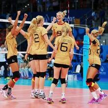 Die deutsche Volleyball-Nationalmannschaft der Frauen jubelt über den Einzug ins Viertelfinale der Europaspiele 2015 in Baku. Foto: Getty Images für BECOG