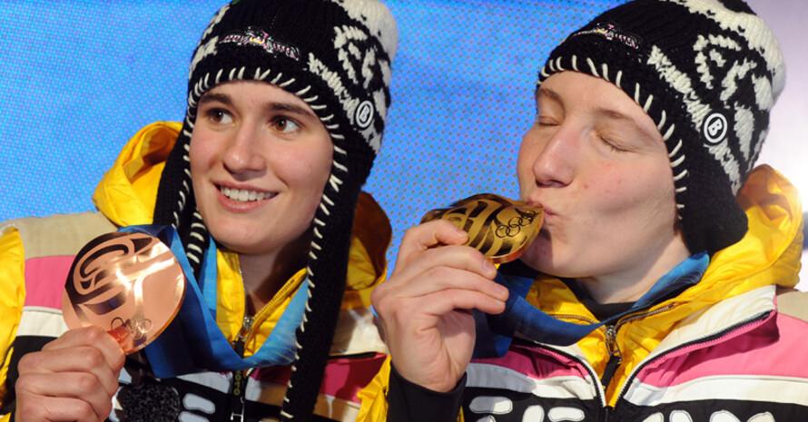 Natalie Geisenberger und Tatjana Hüfner (r.) freuen sich über ihre Medaillen. Copyright: picture-alliance
