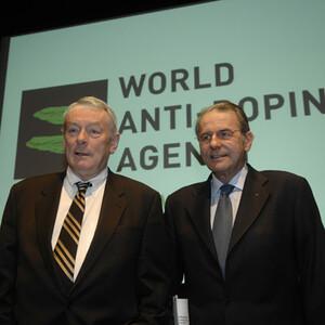 IOC-Präsident Dr. Jacques Rogge (r.) und WADA-Chef Richard L. Pound bei der Eröffnung des Mediensymposiums. Copyright: IOC