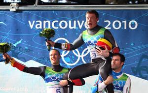 David Möller (l.) und Armin Zöggeler (r.) feiern den Sieger im Männer-Einsitzer Felix Loch. Copyright: picture-alliance