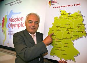 DOSB-Vizepräsident Walter Schneeloch zeigt auf die Deutschlandkarte mit den 41 Kanditatenstädte im Misson-Olympic-Wettbewerb. Ab sofort können diese und alle anderen Städte sich mit Initiativen für Sport und Bewegung bewerben. 5000 Euro für die besten sind ausgeschrieben!