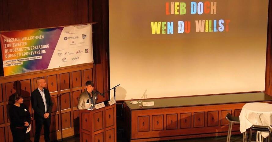 """Der Schwulen- und Lesben-Sportverein (SLSV) Hamburg stellt bei der Behörde für Wirtschaft, Forschung und Gleichstellung der Hansestadt seine Aktion """"Lieb doch, wen du willst"""" zur Toleranz für andersgeschlechtliche Menschen vor. Foto: Stefan Weber"""