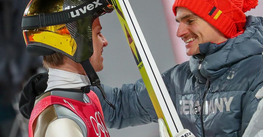 Mannschaftsgeist: Richard Freitag (rechts) gratuliert Silbermedaillen-Gewinner Andreas Wellinger (Foto: Picture Alliance)