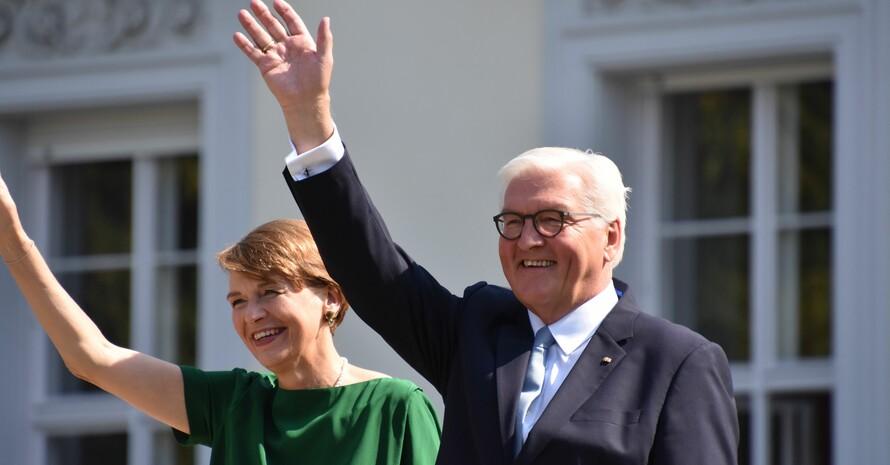 Die Gastgeber, Bundespräsident Frank-Walter Steinmeier und seine Gattin Elke Büdenbender, winken den Besucher*innen zu. Foto: Axel Langenbach