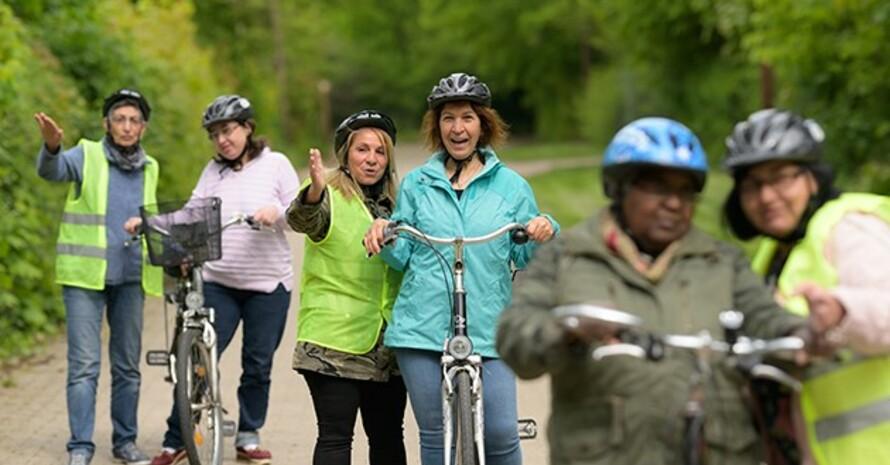 """Nevin Sahin (hinten links) mit """"ihrer"""" Frauengruppe bei einem Fahrradkurs. Quelle: Archiv LSB Niedersachsen"""