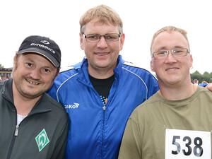 Marko Schaaf (rechts) und Eduard Merkel (links) von der Leichtathletikgruppe des Martinshofs waren mit Trainer Guido Häger (Mitte) bei der Sportabzeichen-Tour in Bremen am Start.