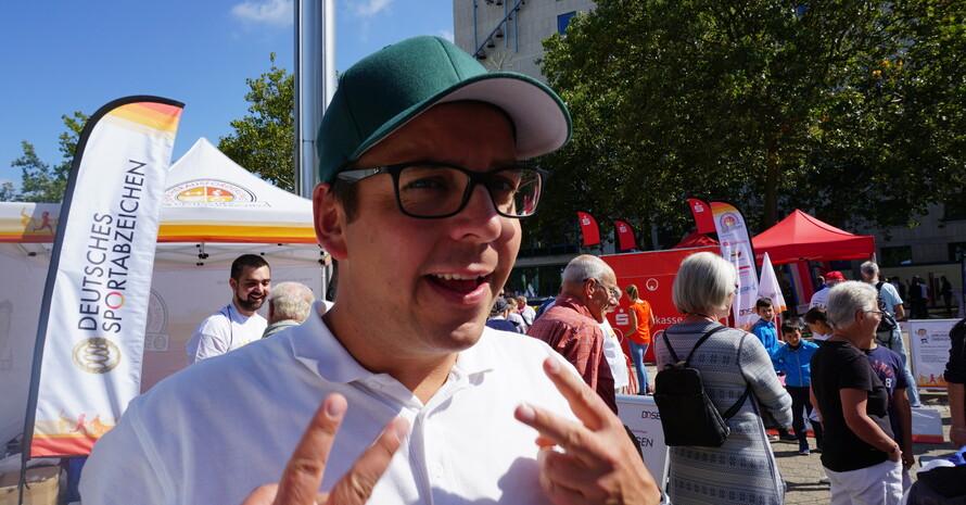 """Dennie Klose, bekannt aus """"Upps! Die Pannenshow"""", moderiert bei der Sportabzeichen-Tour (Foto: DSM)"""