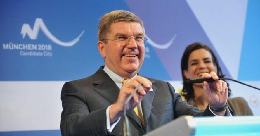 Thomas Bach am Mikrophon für München 2018 (im Hintergrund Katarina Witt). Foto: picture-alliance