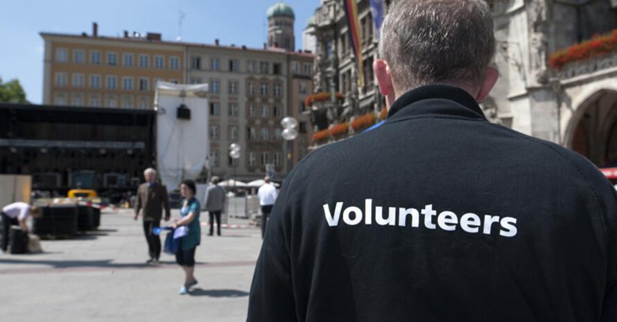 Nur noch wenige Stunden bis zur Entscheidung: Volunteers beim Aufbau auf dem Münchner Marienplatz. Foto: München 2018/Martin Hangen
