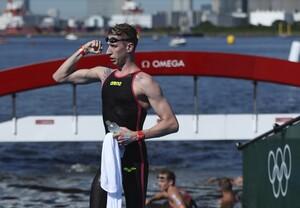 Florian Wellbrock in stolzer Siegerpose nach dem Gewinn des 10km-Rennens im Freiwasser-Wettbewerb von Tokio; Foto: picture-alliance