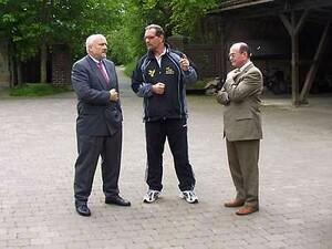 Lothar Kannenberg bei einer Präsentation zwischen dem Polizeipräsidenten von Nordhessen, Wilfried Henning, und Martin Gille vom Magistrat der Stadt Kassel und Geschäftsführer Präventionsrat der Stadt Kassel (Foto: Durchboxen e.V.)