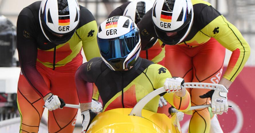 Fahrt zum zweiten Gold: Francesco Friedrich, Candy Bauer, Martin Grothkopp und Thorsten Magis springen in ihren Bob (Fotos: Picture Alliance)
