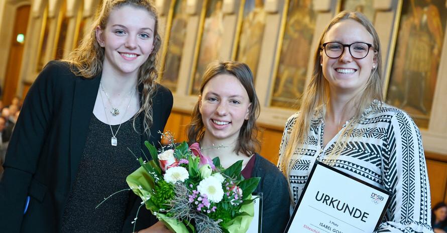 Die Eliteschülerinnen Alessa-Catriona Pröpster, Andrea Herzog und Isabel Gose (v.l.) beim Neujahrsempfang des Deutschen Olympischen Sportbundes. Foto: picture-alliance