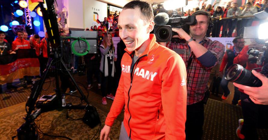 Großer Empfang im Deutschen Haus: Wie alle Medaillengewinner vor ihm wird auch Erich Frenzel begeistert empfangen (Foto: Picture Alliance)