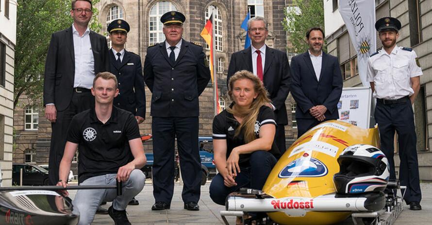 Bobfahrerin Stephanie Schneider und Kanute Leon Hanika hatten ihre Sportgeräte mitgebracht, Bild: Polizei Sachsen/Christian Lehmann