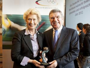 Petra Roth nahm den Preis aus den Händen von Thomas Bach entgegen. Foto: picture-alliance/Rumpenhorst