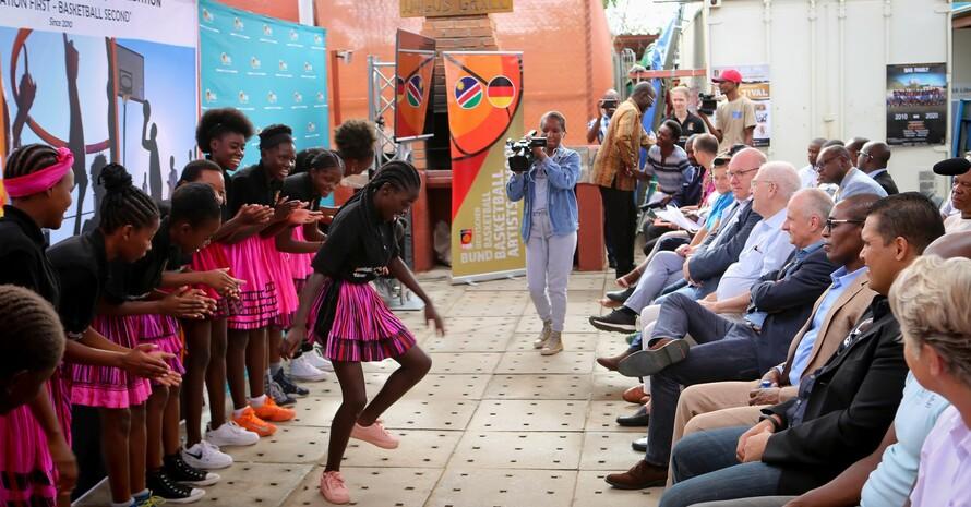 Tanzeinlagen gehören in Namibia natürlich zum Programm. Foto: Frank Albin
