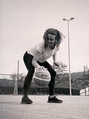 Ruba spielt in ihrer Freizeit gern Basketball; Foto: Marion von der Mehden