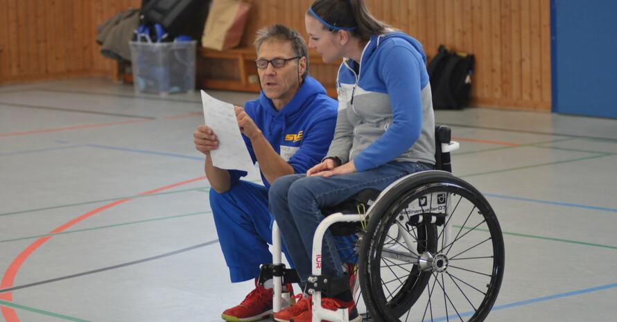 SVE-Abteilungsleiter Stefan Schlegel erklärt Schirmherrin Edina Müller die zahlreichen Workshops