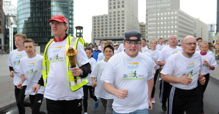 Zahlreiche Läufer bringen die Flamme der Special Olympics von Berlin nach Düsseldorf. Foto: SOD/Juri Reetz
