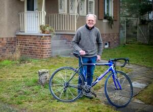 Täve Schur mit einem Rennrad, das ihm sein Sohn zu einem Geburtstag geschenkt hat. Foto: picture-alliance