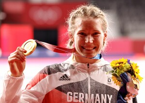 Überglücklich beschließt Aline Rotter-Focken ihre großartige Karriere mit der Goldmedaille bei den Olympischen Spielen in Tokio. Foto: picture-alliance