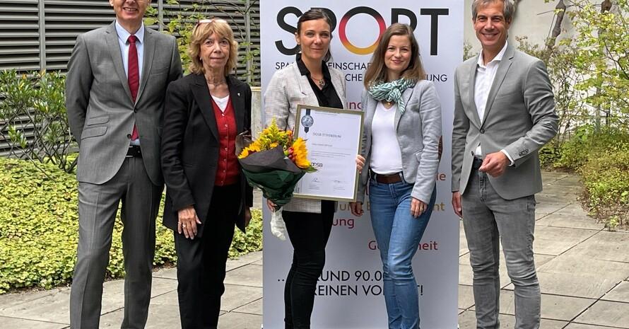 Gratulation für die Stipendiatin (v.li.): Prof. Dr. Frank Daumann, Prof. Dr. Gudrun Doll-Tepper, Anna Löffler, Dr. Anne Engelhardt, Christian Siegel; Foto: DOSB