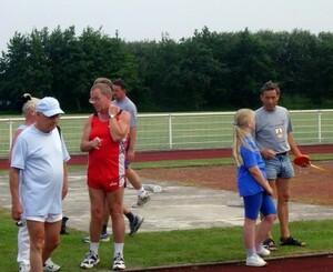 Sportliche Insulaner und Urlauber beim Training für das Deutsche Sportabzeichen (Quelle: TuS Norderney)