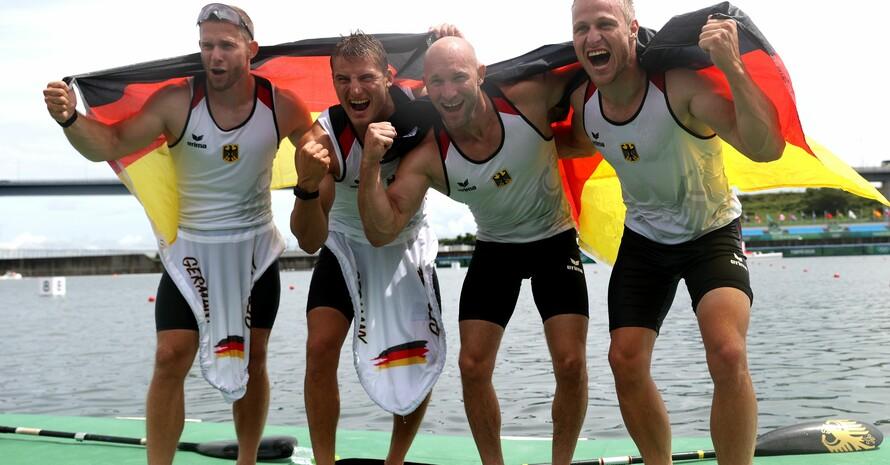 Max Rendschmidt, Ronald Rauhe, Tom Liebscher und Max Lemke (v.re.) jubeln über Gold mit dem Kajak-Vierer. Foto: picture-alliance