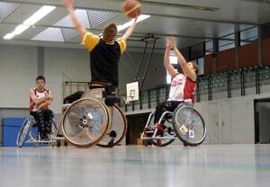 """Rollstuhl-Basketball ist eine Disziplin bei """"Jugend trainiert für Paralympics"""". Copyright: picture-alliance"""