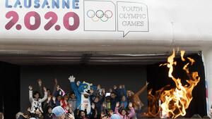 Die Flamme der Jugendspiele auf Tour durch die Schweiz; mit dabei auch das Maskottchen Yodli. Foto: picture-alliance
