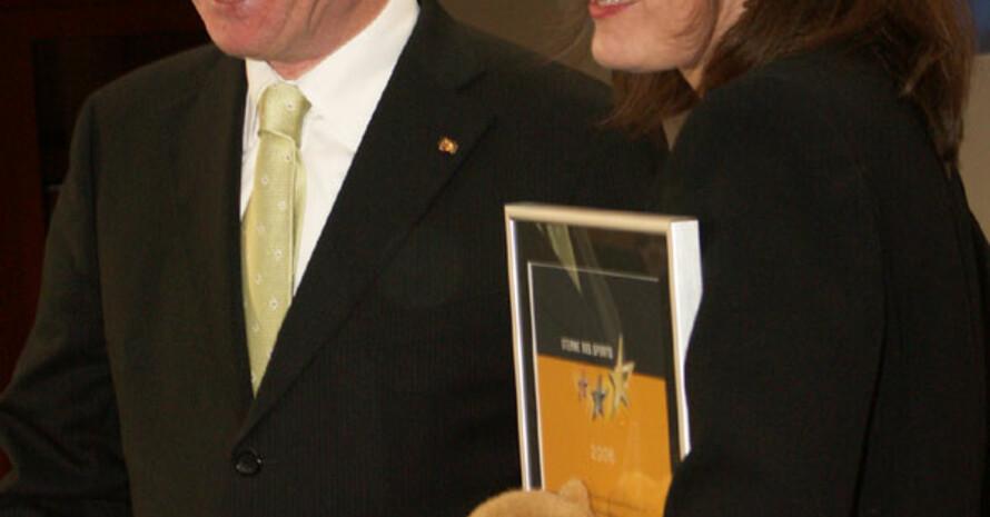 Sportreferentin der Weddinger Wiesel, Karin Radtke, mit Bundespräsident Köhler und Maskottchen. Copyright: Thorsten Griebenow