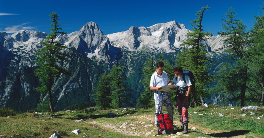 Gerade bei den ersten Wanderungen im Frühjahr ist eine gute Vorbereitung der Tour wichtig. Copyright: picture-alliance
