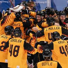 Jubel beim deutschen Eishockey-Team nach dem Siegen gegen Kanada. Foto: picture-alliance
