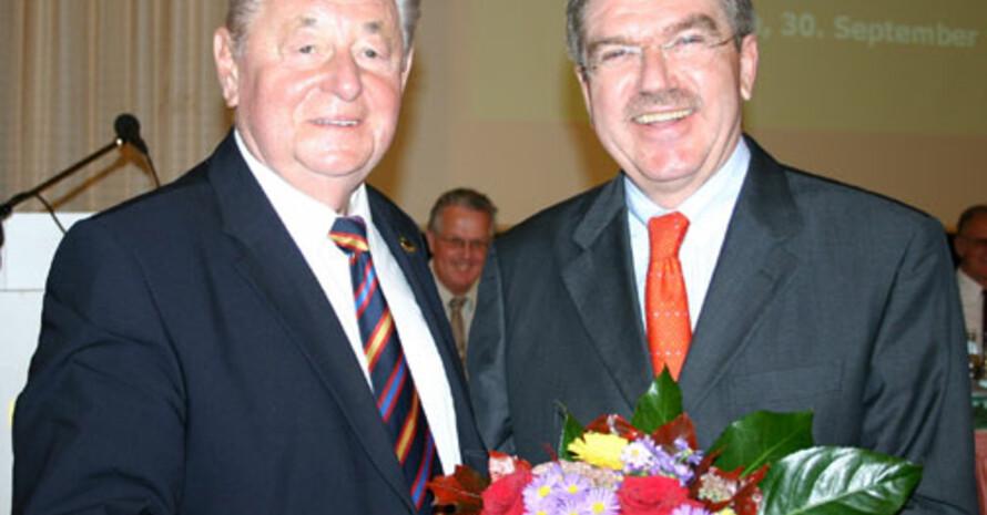 Dr. Thomas Bach gratuliert Heinz Marciniak zu seiner Wahl