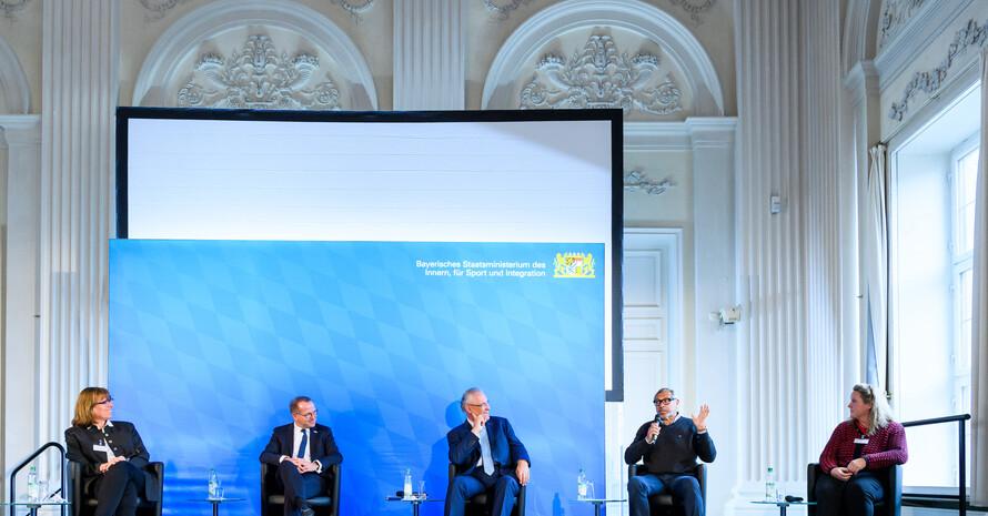 Die Teilnehmer der Podiumdiskussion. Bild: Sebastian Widmann