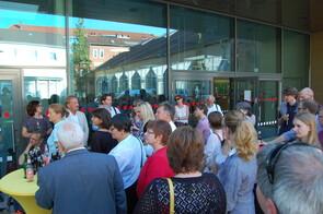 Teilnehmer/innen des Fach-Forums vor dem TKH Gesundheitszentrum