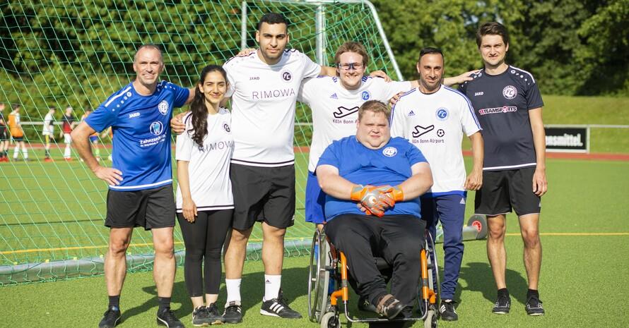 Das Trainerteam der Inklusionsmannschaft Germania Zündorf engagiert sich in der Freizeit ehrenamtlich und trainiert zweimal die Woche eine Inklusionsmannschaft. Foto: Pascal Nordmann