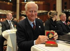 Alt-Präsident Richard von Weizsäcker zeigt stolz seine Ehrenmedaille. Foto: Bowinkelmann